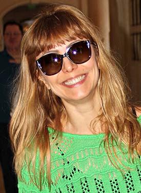 A atriz Simone Soares dá o toque a seu visual com óculos solares um pouco maiores