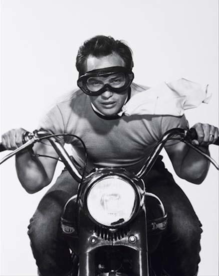 Celebridades: o ator Marlon Brando de máscara Polaroid na década de 1950